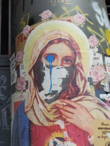 Registro arqueológico de intervenciones gráficas en Plaza Dignidad durante estallido social en Santiago